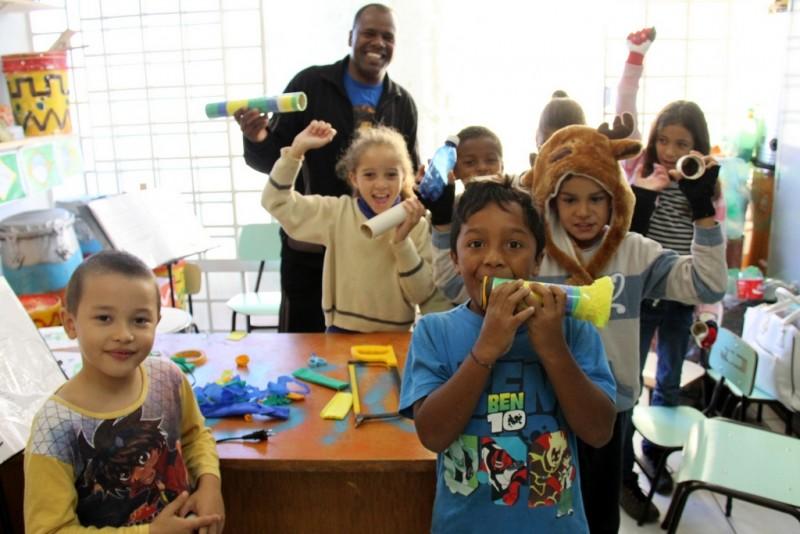 EDUCAÇÃO – Crianças e adolescentes da Afasc confeccionam vuvuzelas