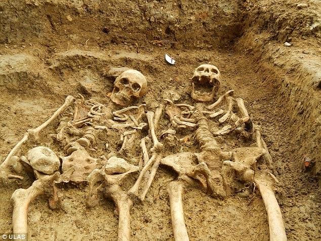 Ingleses encontram casal de esqueletos de mãos dadas em capela medieval