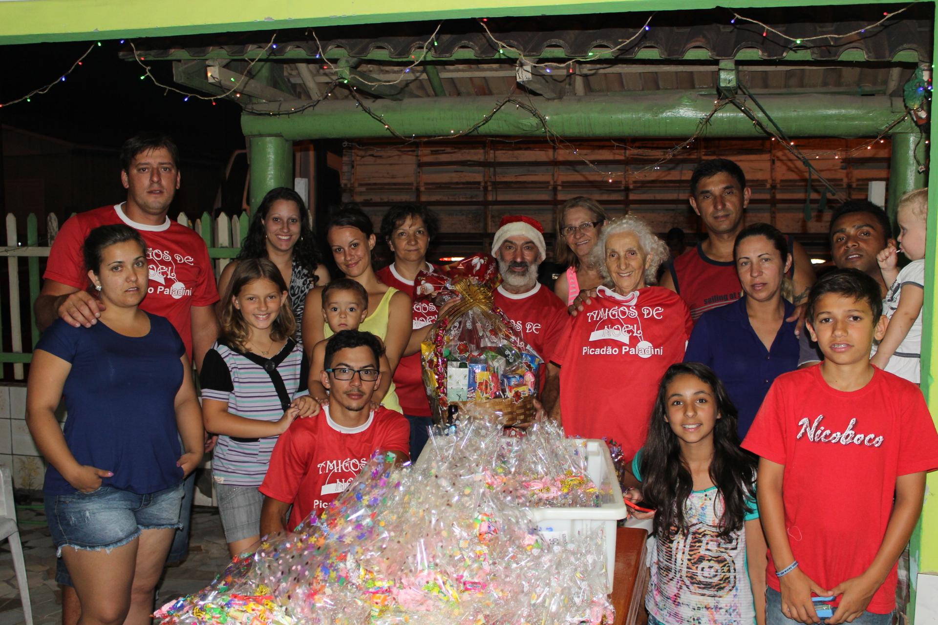 Papai Noel da Associação amigos de Noel do Picadão Paladini faz distribuição de presentes neste sábado 20.