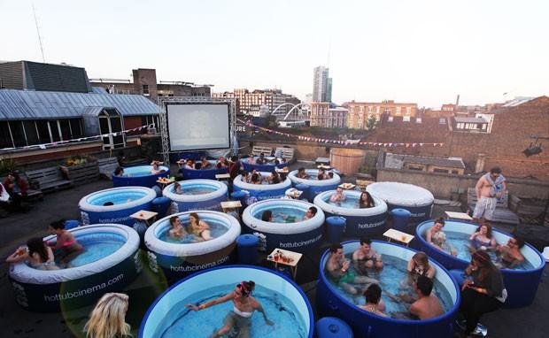 'Cinema na banheira' tem piscinas de plástico no lugar de cadeiras