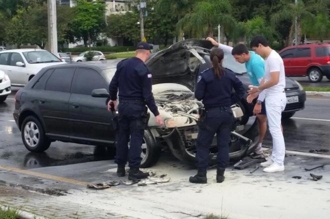 Carro pega fogo após colisão na Beira-Mar Norte, em Florianópolis