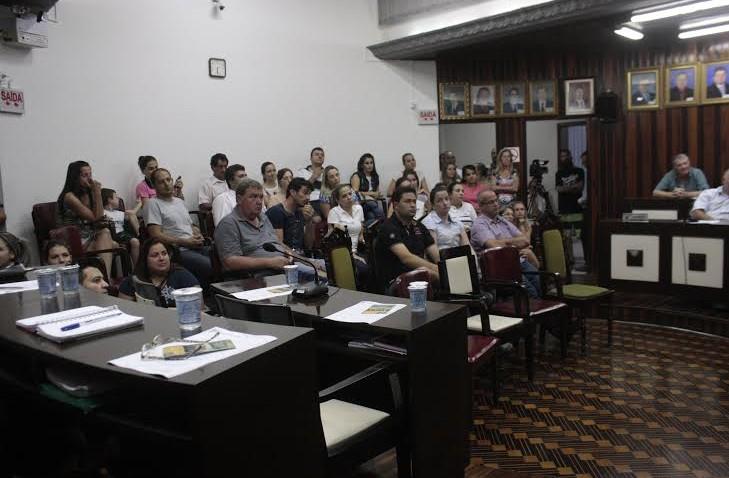 Pais vão ao Legislativo tirar dúvidas sobre mudança de escola com secretária de educação