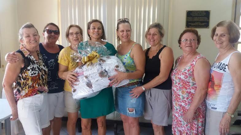 Clube de Mães produz toalhas e doa para entidades de Morro da Fumaça