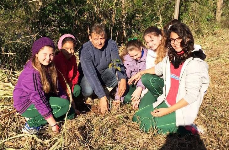 Crianças plantam 150 mudas de árvores no lançamento do projeto Ingabiroba em Morro Grande