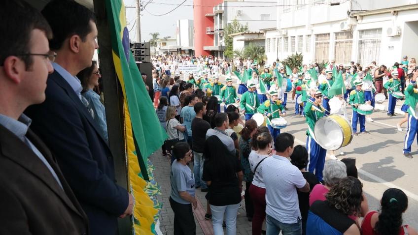Desfile cívico é realizado com mais de 30 atrações em Morro da Fumaça