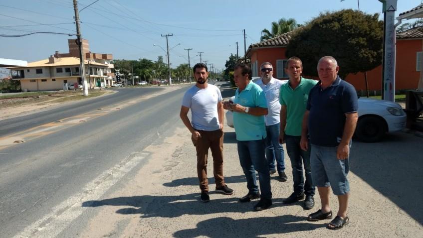 Vereadores pedem intervenção de deputado para colocação de faixas de pedestres elevadas na Genésio Mazon