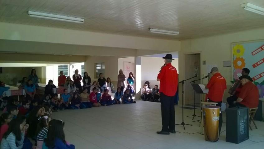 Escolas recebem apresentação do Terno de Reis em Morro da Fumaça