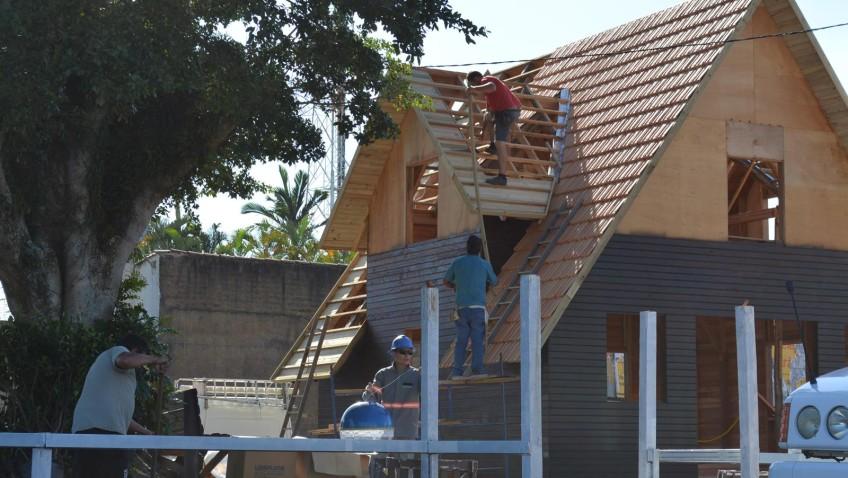 Equipe realiza os preparativos para abertura da Vila Natalina em Morro da Fumaça
