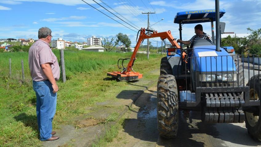 Roçadeira hidráulica é ativada pela Prefeitura de Morro da Fumaça
