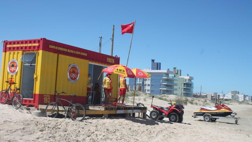 Novas estruturas colocadas à beira-mar tem dado mais conforto para os guarda-vidas e chamado atenção dos veranistas