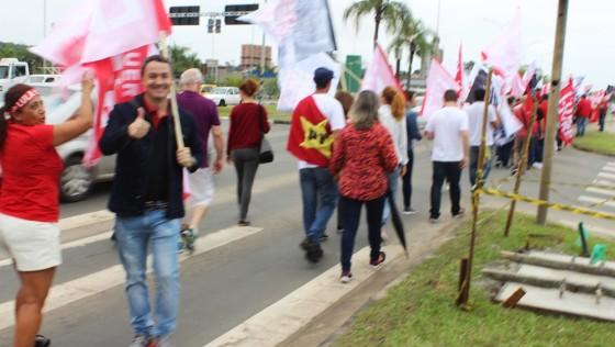 MOVIMENTO DA FRENTE POPULAR FAZ PASSEATA EM CRICIUMA NA MANHÃ DESTE SÁBADO 15 DE ABRIL