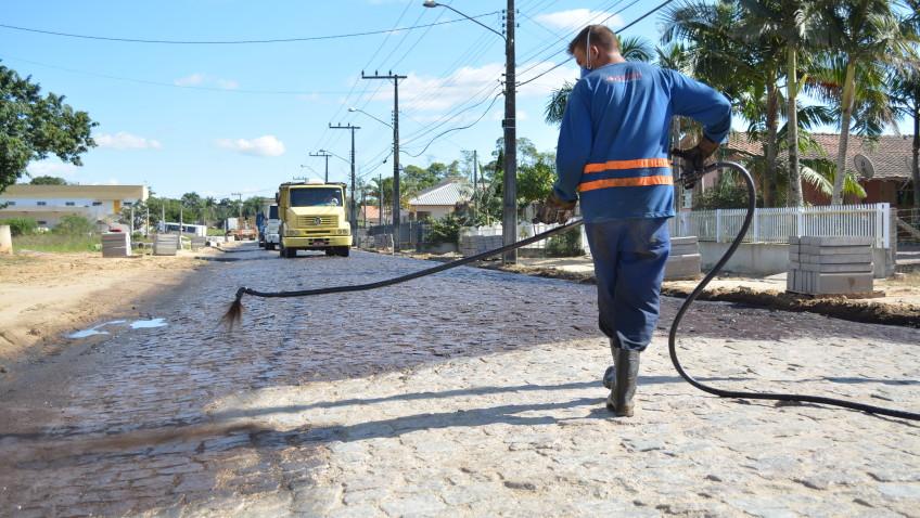 Governo Municipal inicia pavimentação asfáltica de trecho crítico da rua João de Rochi