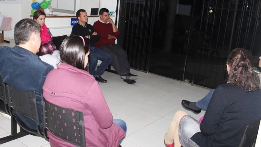 secretário da saúde Robson Franciscone participa da reunião do conselho local de saúde do Bairro Naspolini.