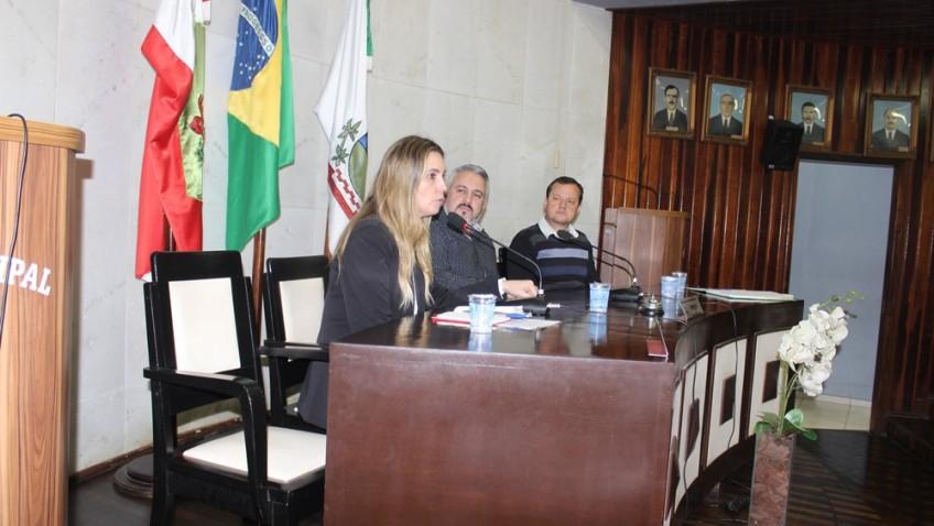 PROFESSORA LISIANE TUON APRESENTA DEPARTAMENTO DE MASSOTERAPIA PARA PESSOAS COM DEFICIÊNCIA NA CÂMARA DE MORRO DA FUMAÇA.