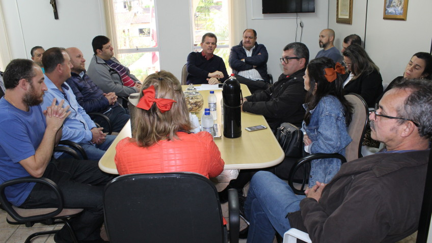 Prefeito reúne empreendedores para discutir o uso da praça de Nova Veneza