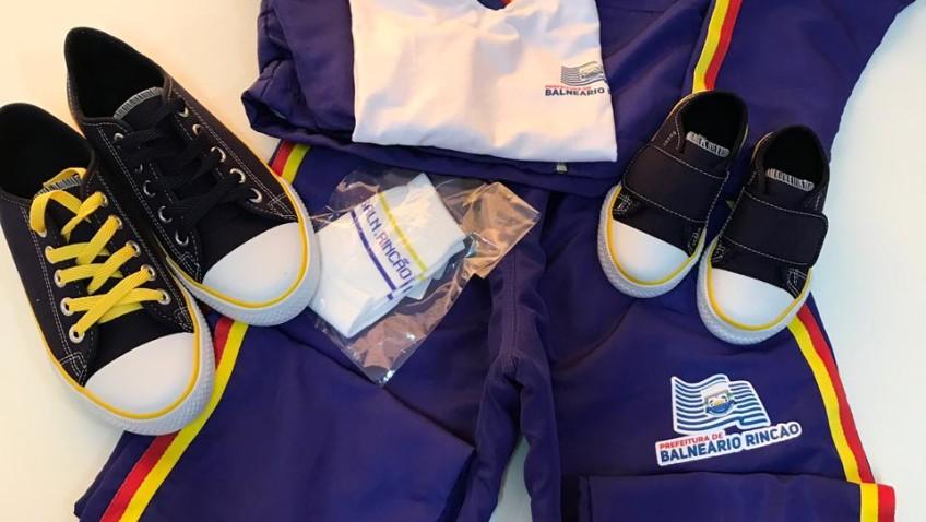 Volta às aulas com entrega de uniforme escolar gratuito em Balneário Rincão