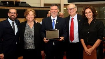 Médico de Criciúma recebe homenagem na Assembleia Legislativa
