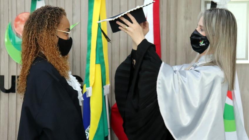 Conexão Brasil-Angola: Estudante recebe certificado de conclusão de curso em cerimônia emocionante